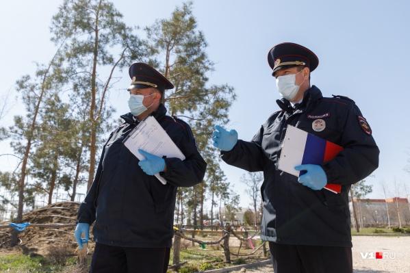 В период самоизоляции полицейские останавливали прохожих без масок