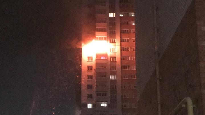 Эвакуировано 115 человек: жильцов горящей высотки в Дзержинске разместят во временных пунктах