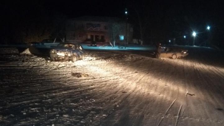 В Курганской области лоб в лоб столкнулись две легковушки: водители в больнице