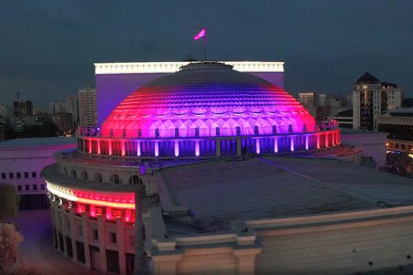 Новосибирец сделал видео с новой подсветкой Оперного театра
