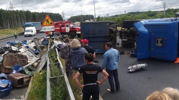 ДТП с фурой на мосту в Ярославле: перекрыто движение в оба направления. Фото и видео