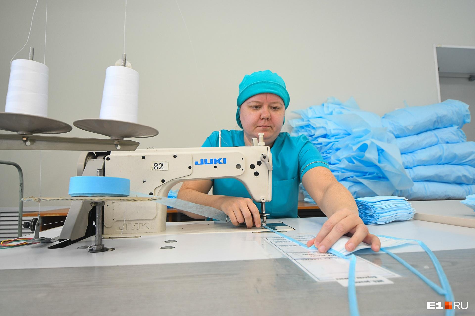 На три тысячи масок веревочки пришивают вручную