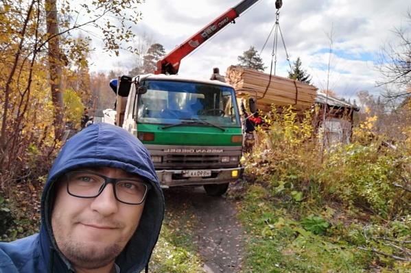 Артем помогает строить новый дом пенсионерке из поселка Северка