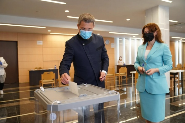 Хабиров проголосовал с супругой