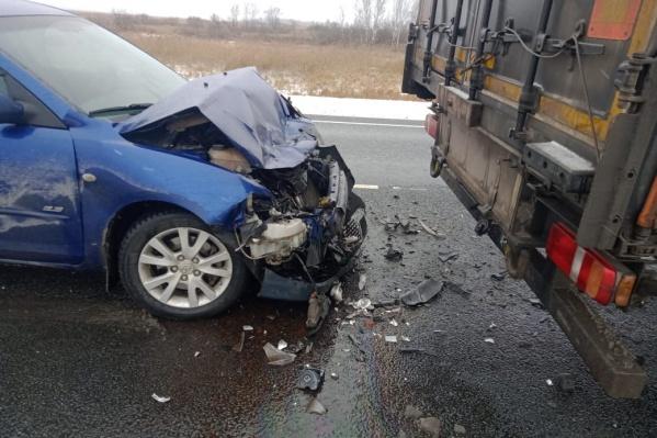 Во время ДТП автомобиль врезался в полуприцеп