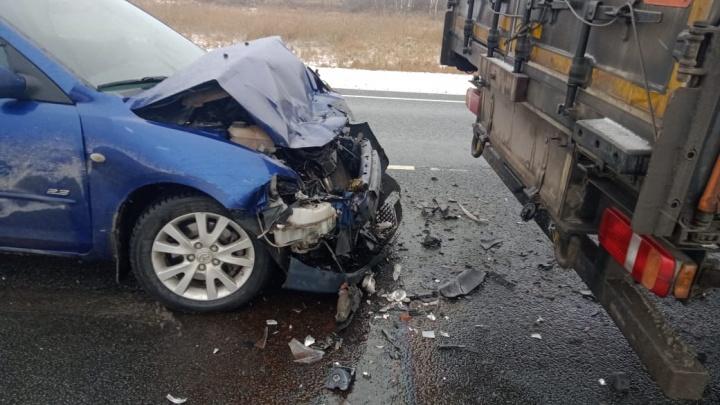 Mazda влетела в грузовик на новосибирской трассе: в больницу попал младенец