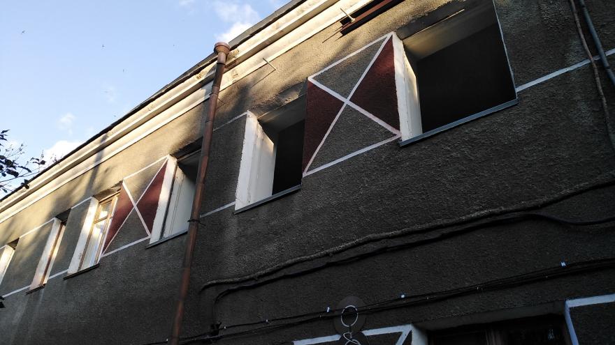 Собственник скандальной общаги на Новосибирской избавился от здания. Жильцы мерзнут без окон и крыши