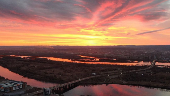 В начале теплой недели Красноярск озарился нежным рассветом. Фотоподборка