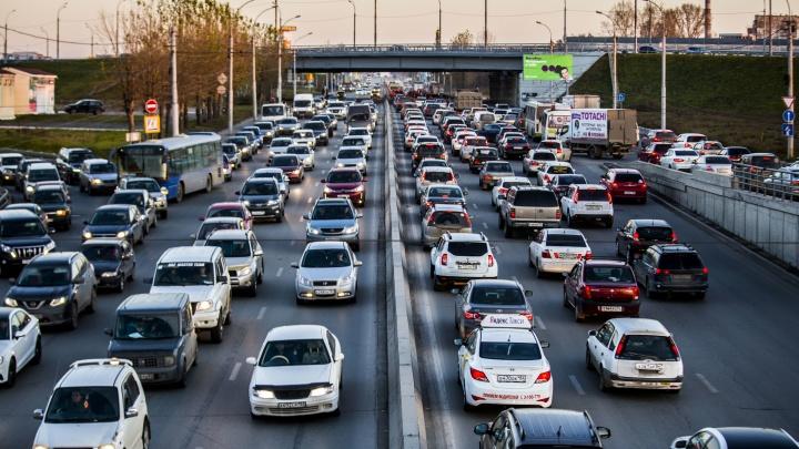 «Куплю машину в конце пробки»: движение на площади Труда парализовали дорожные работы — 10 возгласов водителей