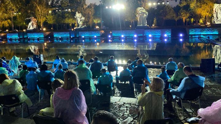«Гости разбегаются»: в Волгограде на Мамаев курган обрушился ливень перед концертом