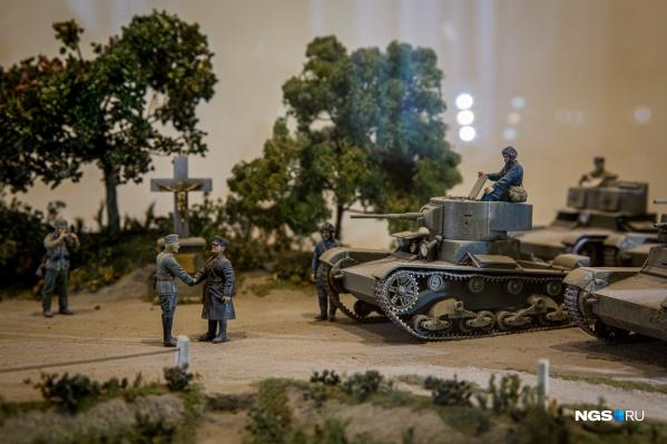 Кроме военной техники на выставке представили исторические диорамы — макеты событий того времени. Только взгляните на фото — какую ювелирную работу проделали авторы художественных миниатюр!