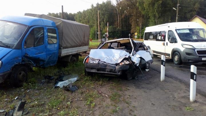 За рулём был подросток: в Ярославле «Лада» влетела в припаркованную «Газель»