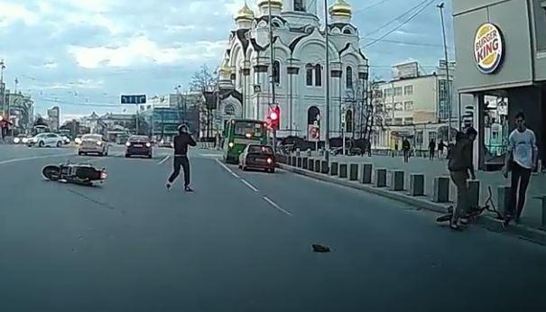 Появилось видео, как мотоциклист на Harley-Davidson сбил велосипедиста в центре Екатеринбурга