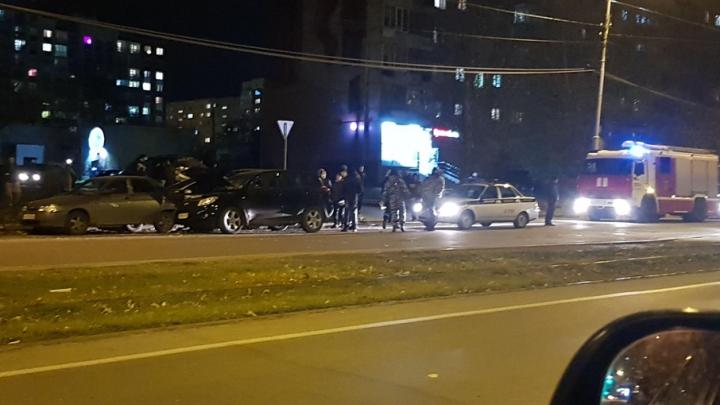 В Екатеринбурге Toyota столкнулась с BMW, которую отбросило на Ford и ВАЗ. Пострадал 9-летний пассажир
