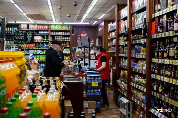 """Предпринимателей-нарушителей постановления ждёт наказание: штраф до <nobr class=""""_"""">100 тысяч</nobr> рублей и конфискации напитков"""