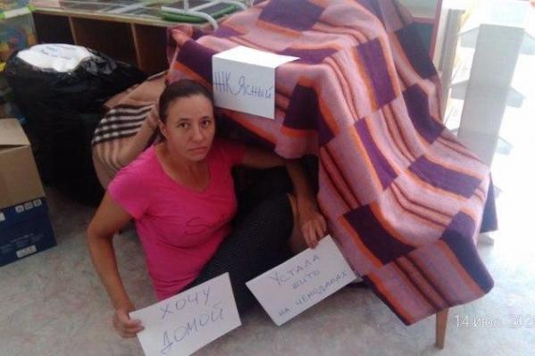 Дольщики построили шалаши и сделали фото в них