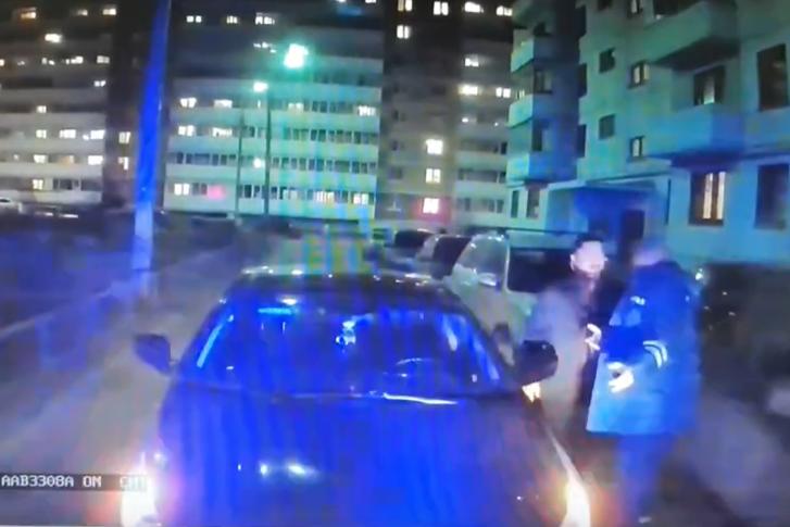 Водителя-нарушителя не смутили ни сирена на скорой, ни плачущий внутри ма