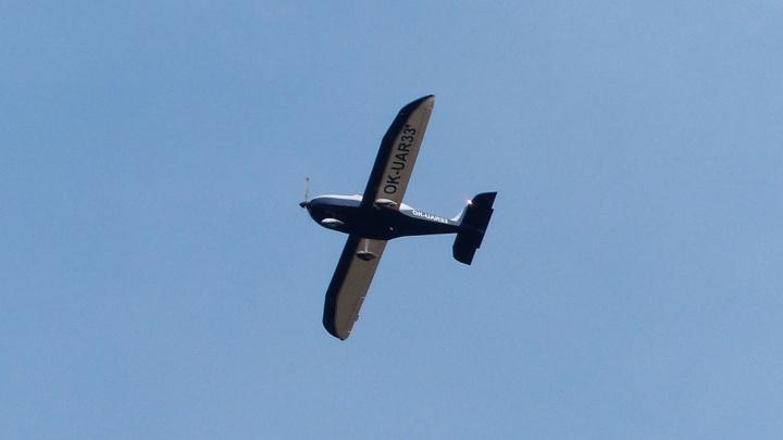 В Новосибирской области частный самолет написал в небе: «А где все?» — смотрите, как это выглядит
