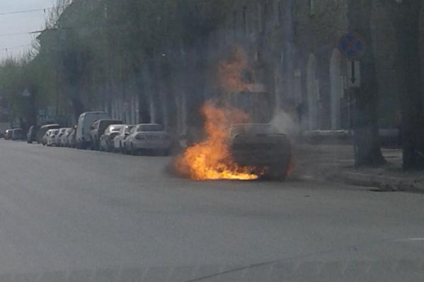 Автомобиль был полностью в огне, когда прибыли пожарные