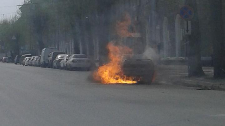 На проспекте Дзержинского на дороге вспыхнула LADA — пожар сняли очевидцы