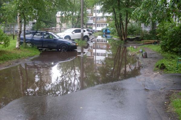Это водоем во дворе дома на Советской, 37 в Соломбале. По словам Евгения, после дождей лужа простирается метров на 40