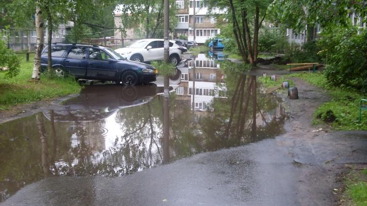 «Потоп после каждого дождя»: житель Соломбалы показал родную лужу во дворе, которую помнит с детства