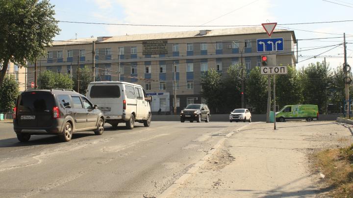 На важном перекрестке с проспектом Космонавтов упростили поворот в сторону Уралмаша