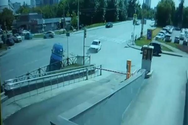 Судя по кадрам, водитель седана хотел повернуть налево