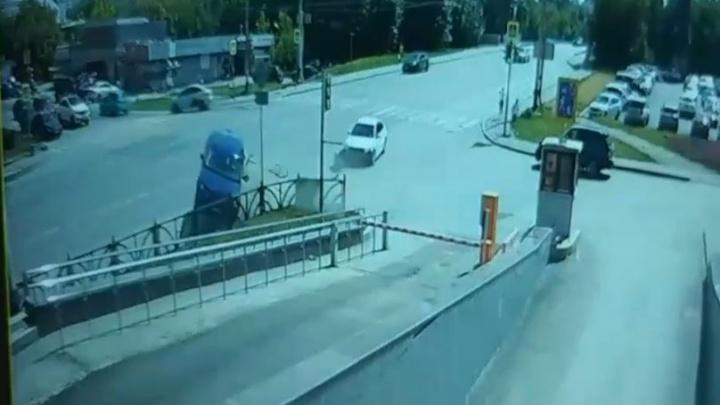 На Белинского Range Rover рассыпался после удара о забор: видео