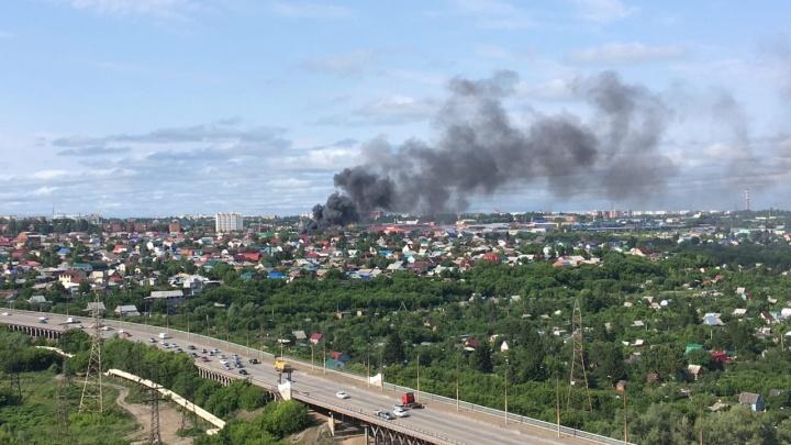 В Омске загорелись два частных дома