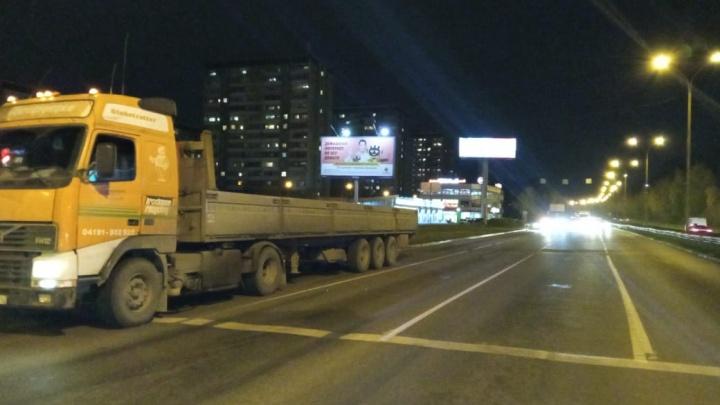 Водитель отвлекся от дороги: в Екатеринбурге грузовик Volvo сбил 55-летнего велосипедиста