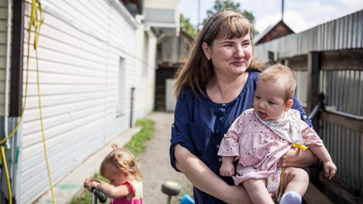 Грезят об ипотеке: семья с 10 детьми живет в доме с плесенью — им приходится спать на кухне и есть по очереди