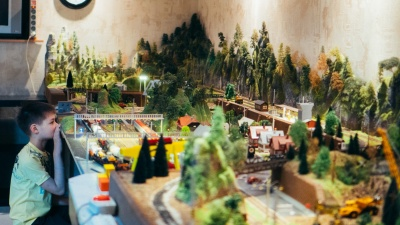 Проект длиною в десять лет: омич создал целый мир на гигантском макете железной дороги