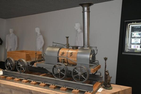 Среди экспонатов — модели паровозов