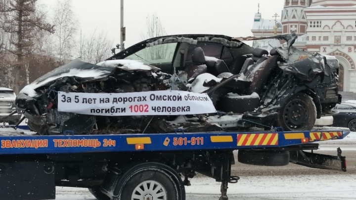 На улицы выехали эвакуаторы с разбитыми авто и плакатами. Объясняем, зачем это нужно