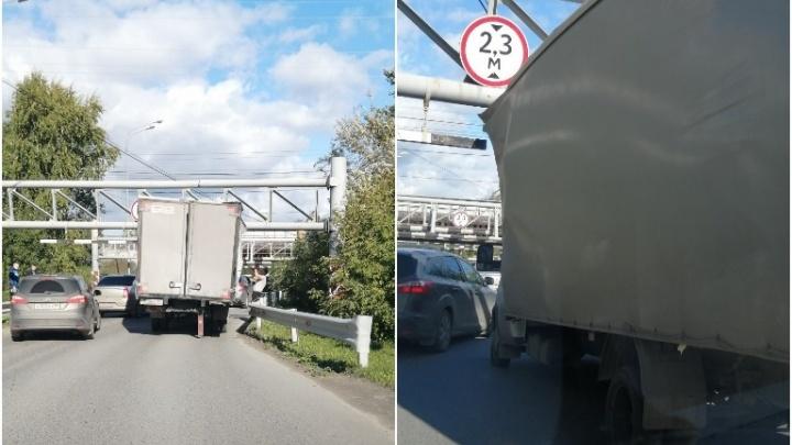 Под Тюменью грузовик опять влетел в «мост глупости»