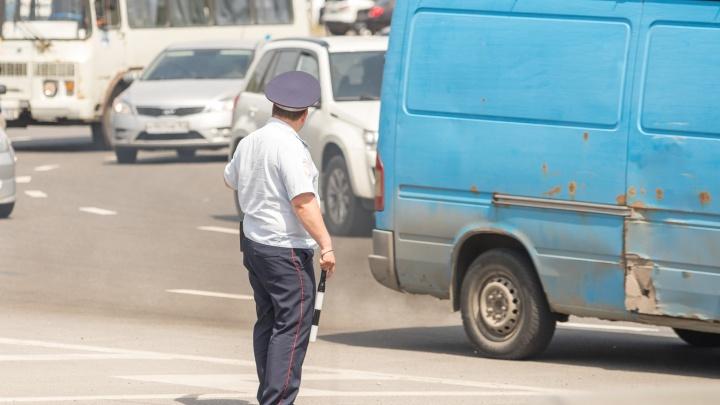 Житель Таганрога протащил полицейского на двери автомобиля