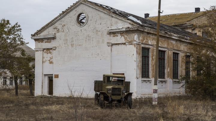«Как всё бездарно погибает»: волгоградец снял с высоты заброшенное авиационное училище