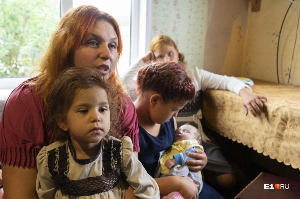 Семья Кириченко. Самой младшей дочке — месяц, старшему сыну — 13 лет