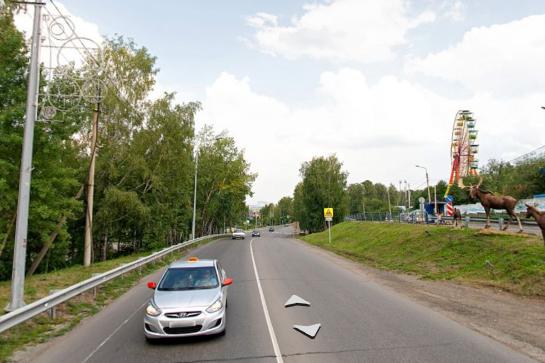 Несмотря на бесплатную и платную парковки у «Роева ручья», люди паркуются на обочинах и без того неширокой дороги