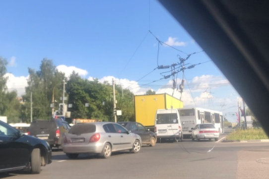«В центр Ярославля не уехать»: на дорогах в Брагино хаос. Смотрим, что случилось