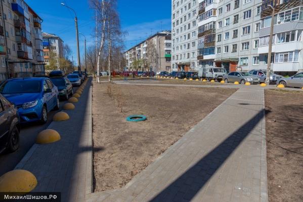 Желтые полусферы, как пишет Михаил Шишов, занимают полтротуара и мешают мамам с колясками гулять по нему
