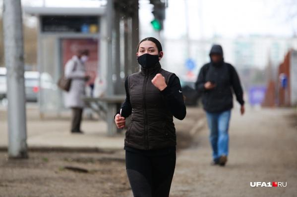 На пробежку — в маске и с телефоном