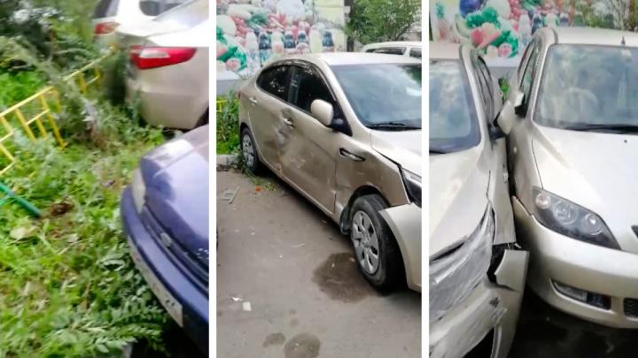 Пьяная женщина протаранила во дворе три машины, пока парковалась