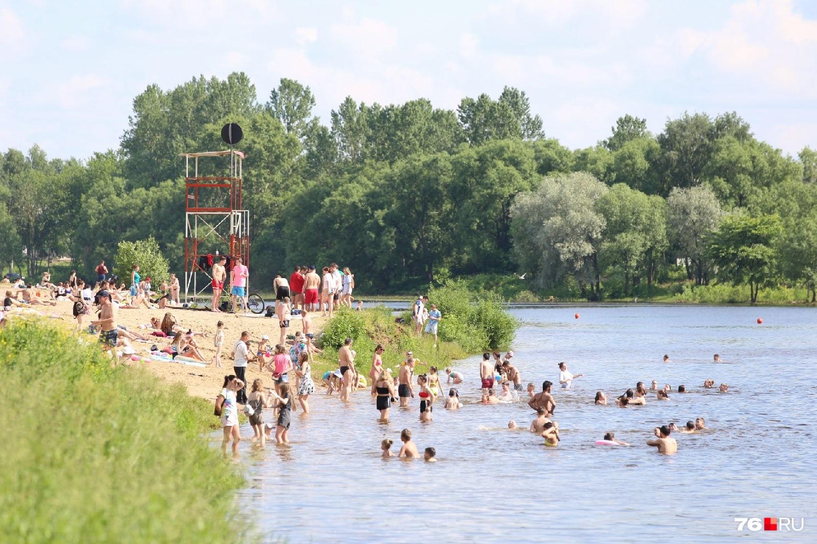 Несмотря на предупреждение, народ всё равно купается