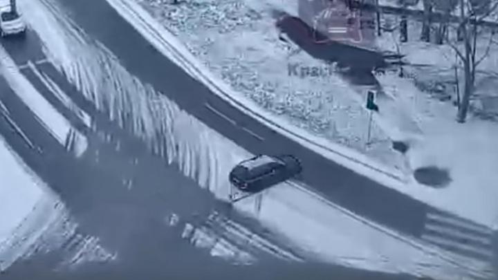 Пьяный водитель на чужом авто снес светофор на скользкой дороге