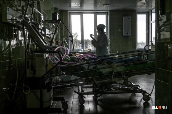 Больных в тяжелом состоянии врачи подключают к аппаратам ИВЛ