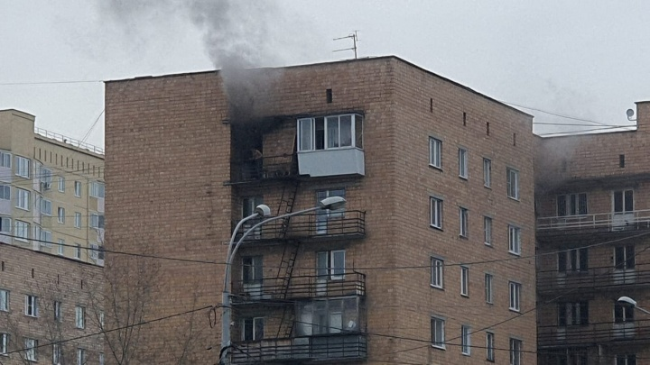 В многоэтажке на Токарей в пожаре пострадали три человека