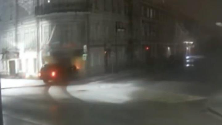 В Рыбинске пьяный водитель въехал в здание: пострадали две пассажирки. Видео