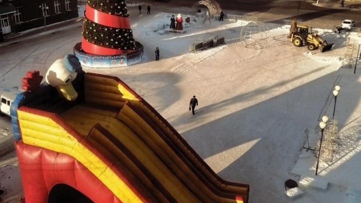 В Башкирии на городской площади поставили гигантскую надувную горку вместо ледяной